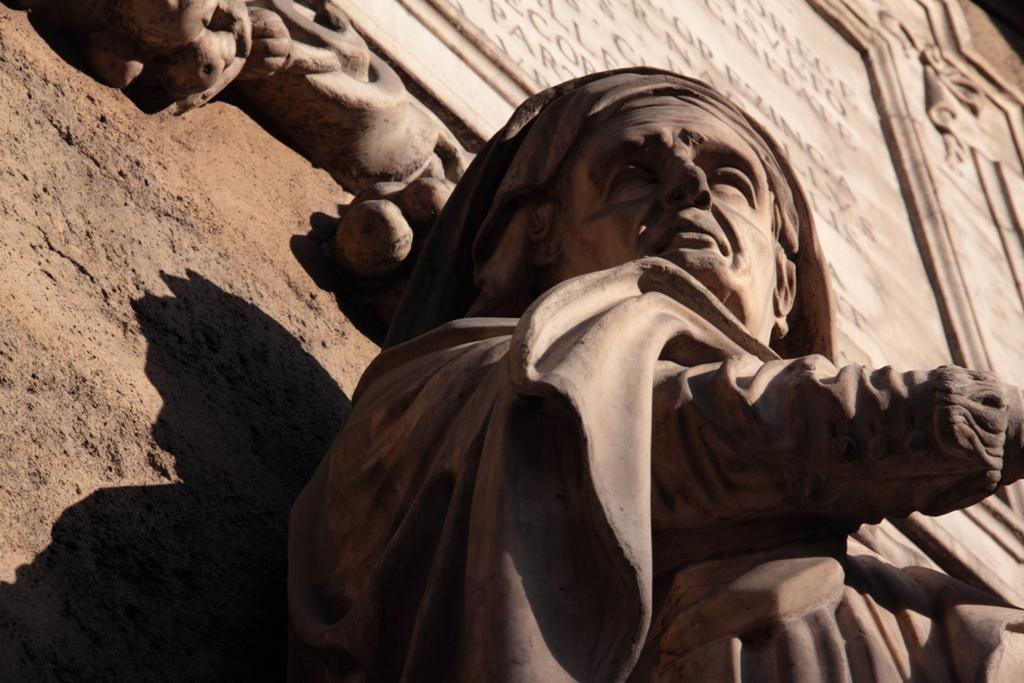 particolare della statua di Piazza Vigliena